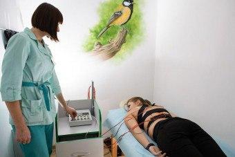 Электростимуляция грыжи позвоночника: показания, противопоказания, воздействие на организм, ход процедуры, время и количество сеансов, отзывы